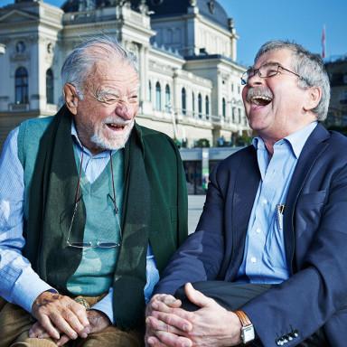 Können ein Vierteljahrhundert nach dem Nobelpreis immer noch zusammen lachen: Karl Alexander Müller und Georg Bednorz.